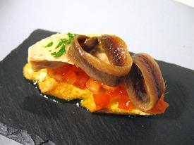 Mini ensalada de tomate con bonito y antxoas